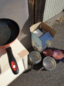 道端に置いてあるTake me freeのゴミたち。Ozkoi Blog